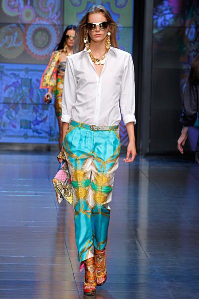 Копринен панталон етно шарки и бяла риза D and G пролет-лято 2012
