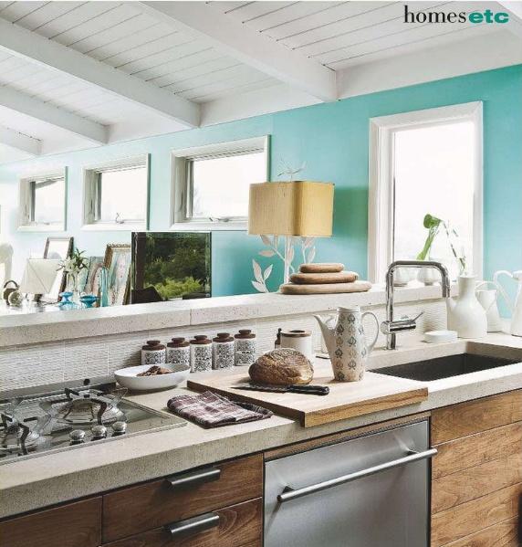 Кухненски бокс с дървени модули и морско сини стени