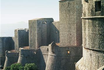 Масивните крепостни стени на Дубровник