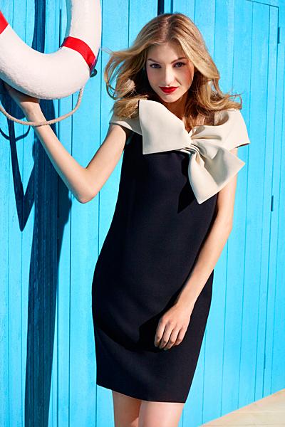 Тъмно синя рокля с голяма бяла панделка Dior круизна колекция 2012