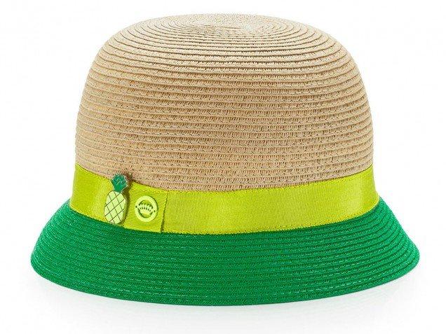 Кокетна плетена шапка с цветна лента и малка цветна периферия