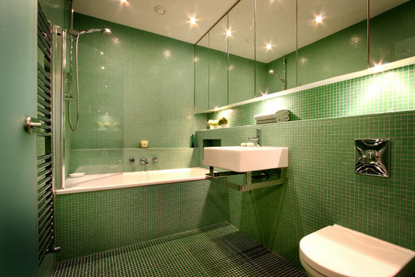 Дизайн за баня с маслено зелени плочки мозайка