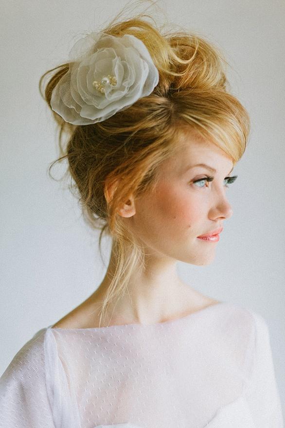 Прибрана прическа за булка с бяло цвете