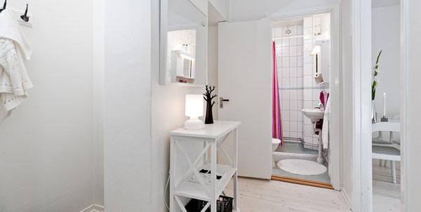 Малък и свеж апартамент - тоалетка с огледало