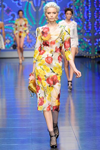 Рокля по тялото под коляно на нарове Dolce and Gabbana Пролет-Лято 2012