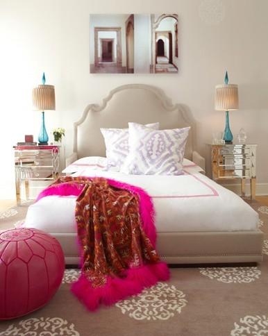 Интериор спалня в бяло и бежово с акцент табуретка и покривка циклама
