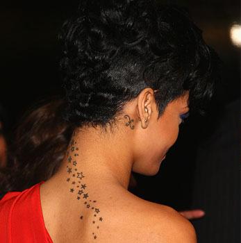 Татуировка звезди на врата и зодиакален знак риби зад дясното ухо на Риана