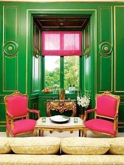 Интериор с неокласически стил с ярко зелени стени, розови столове и малка светла масичка за чай
