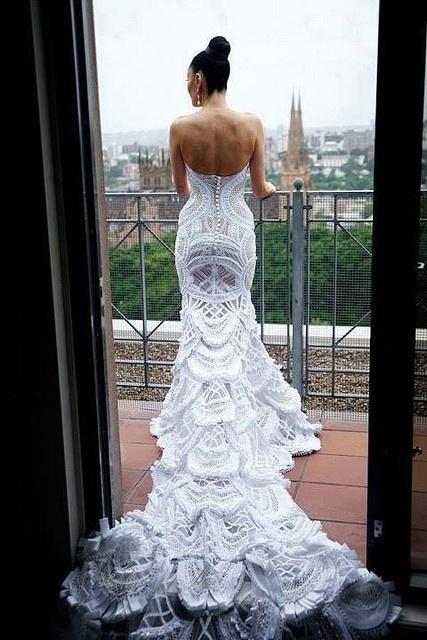 Булчинска рокля с много красива дантела и описателен силует