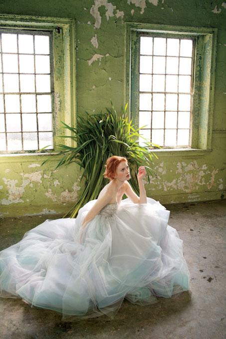 Лебедова песен - булчинска рокля с пола тюл и корсет с дантела слонова кост Lazaro