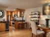 Съвременна кухня със шкафчета светло дърво и тъмен плот
