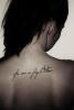 Татуировка ръкописен надпис на гърба и лястовица