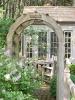 Дървени арки в двора