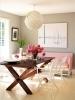 Еклектичен интериор с диван в нежно розово и груба маса с бели семпли градински столчета