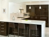Кухня гланцирани шкафчета зебрано тъмно с бял плот