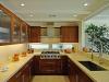 Модерна кухня с топъл дизайн - дърво и светъл плот