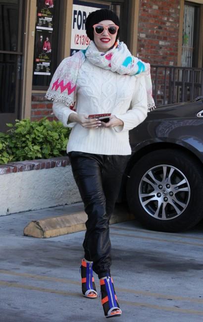 Гуен Стефани с модерен бял пуловер зима 2014