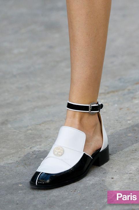 Обувки лак в бяло и черно пролет 2015