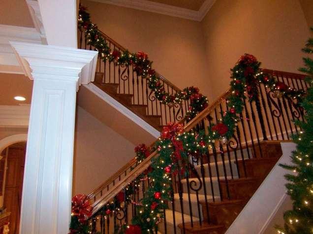 Невероятна коледна украса за стълбище