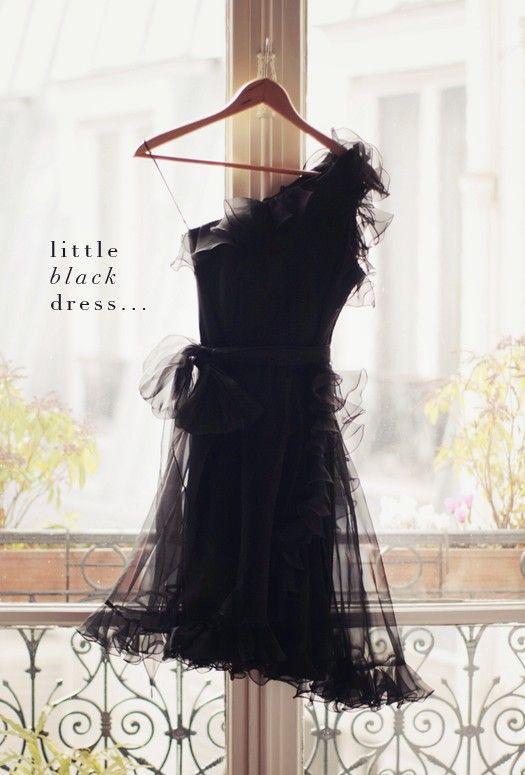 Малка черна рокля с едно рамо