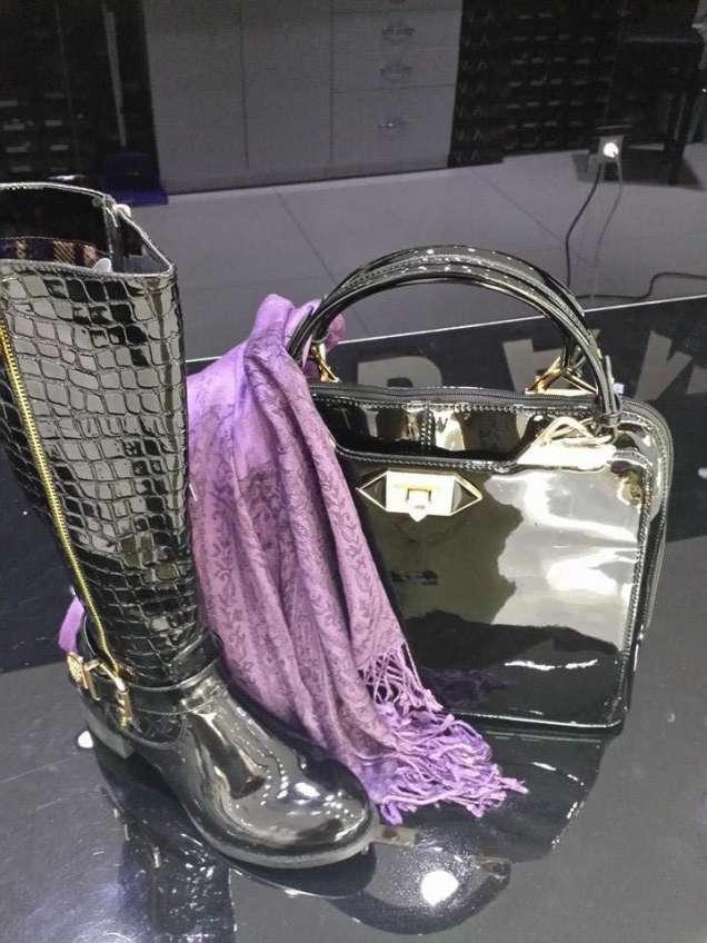Елегантна лачена чанта и лачени ботуши 2015