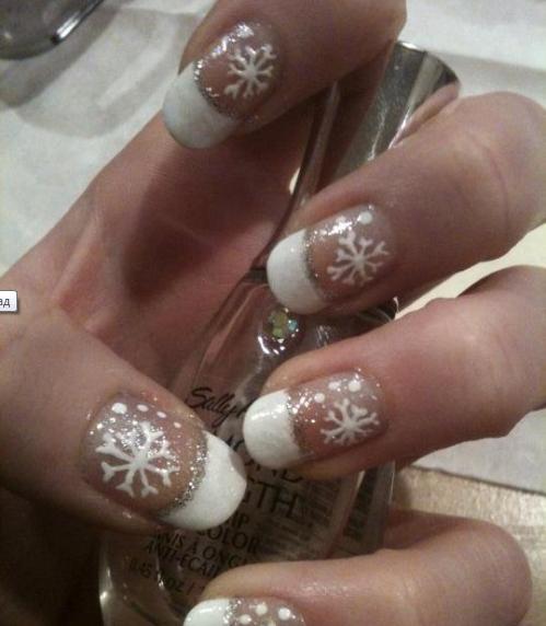 Френски маникюр със снежинки