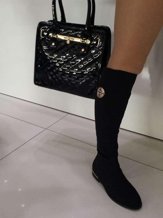 Черна лачена чанта и велурени ботуши Тори Бърч