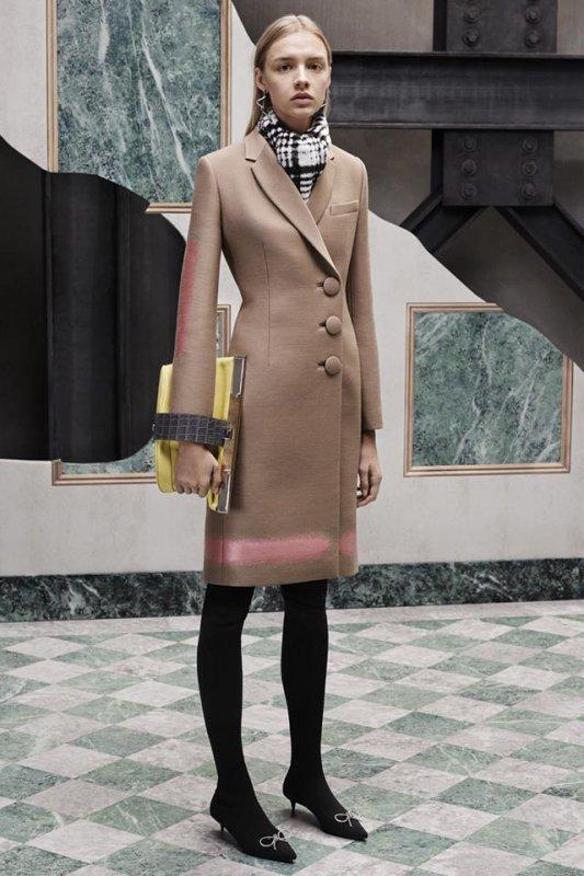 Елегантно палто с големи копчета