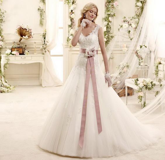 Сватбена рокля с колан с рози