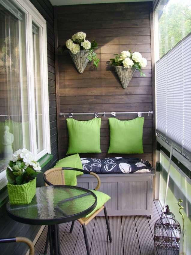 Остъклен балкон с дървен интериор