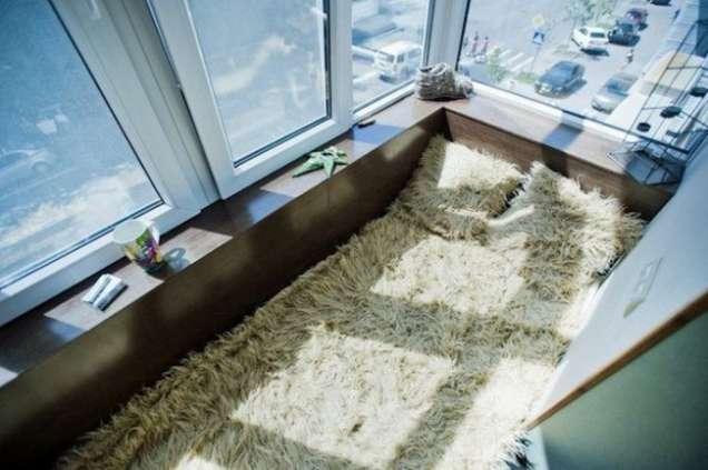 Остъклен балкон с легло