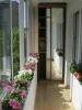 Остъклен балкон с цветя и гардероб