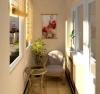 Остъклен балкон със масичка за кафе