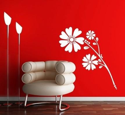 Красиво цвете на червена стена