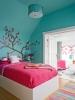 Цветна стая със синя стена и декорация красиво дърво