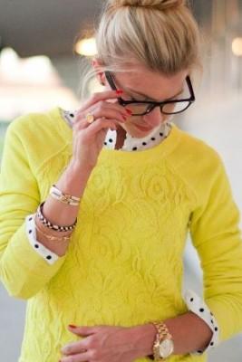 Риза на точки в комбинация с жълт пуловер