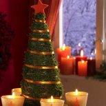 Коледна украса свещи край елхичка