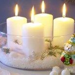 Коледна украса с изкуствен сняг и свещи в купа