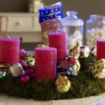 Коледна украса с розови свещи и играчки