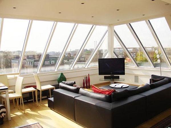 Мансарда с кожен диван и панорамни прозорци