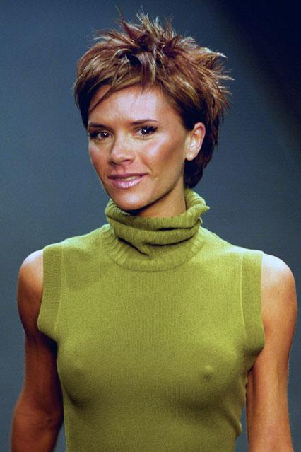 Виктория Бекъм с къса рошава прическа в началото на 2000 г.
