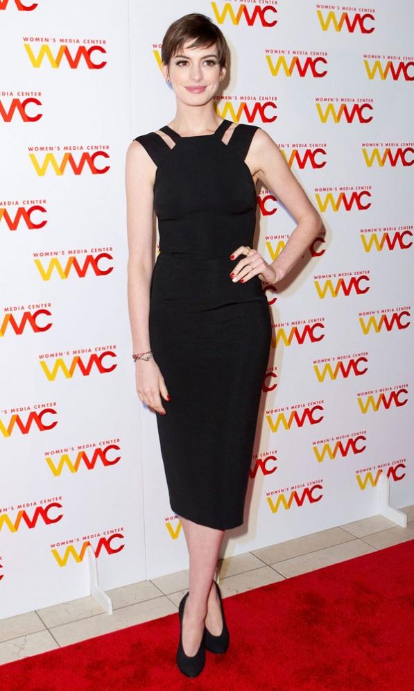Ан Хатауей в рокля на Виктория Бекъм