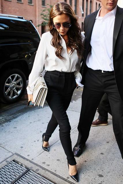 Виктория Бекъм през септември 2012 г. в черен панталон и бяла риза