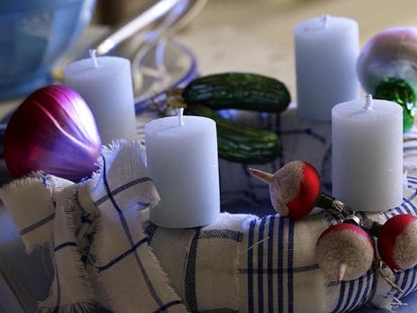Коледна украса със свещи и зеленчуци
