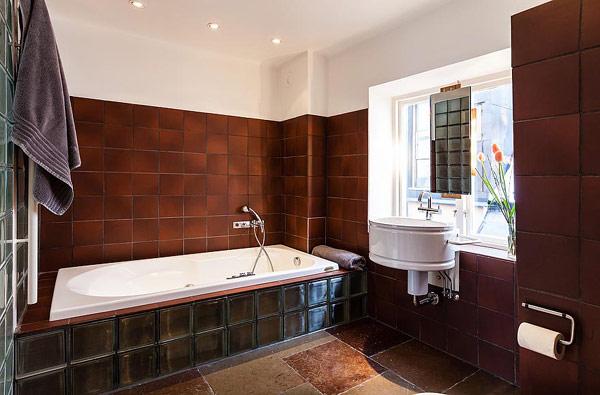 Двуетажен апартамент в Стокхолм - баня с вана