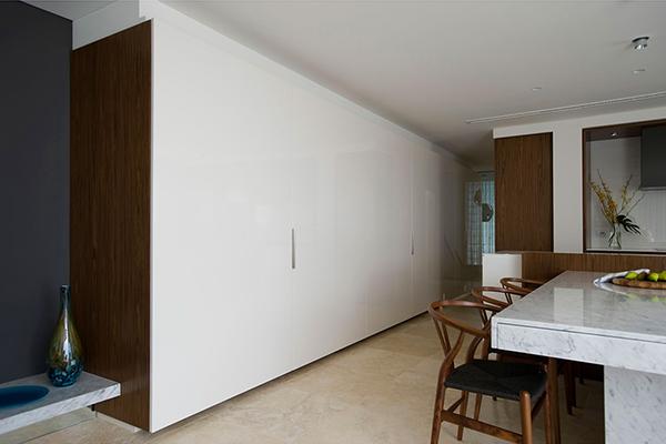 Малък апартамент в Сидни - панел, покриващ уреди