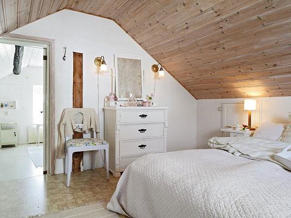 Спалня в мансарда с облицован с дърво таван