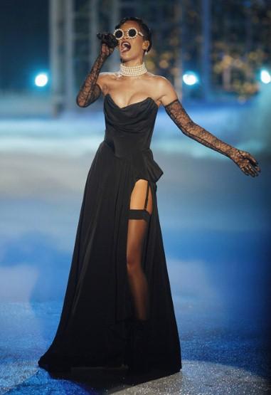 Риана на живо за Шоуто на Vicotorias Secret 2012