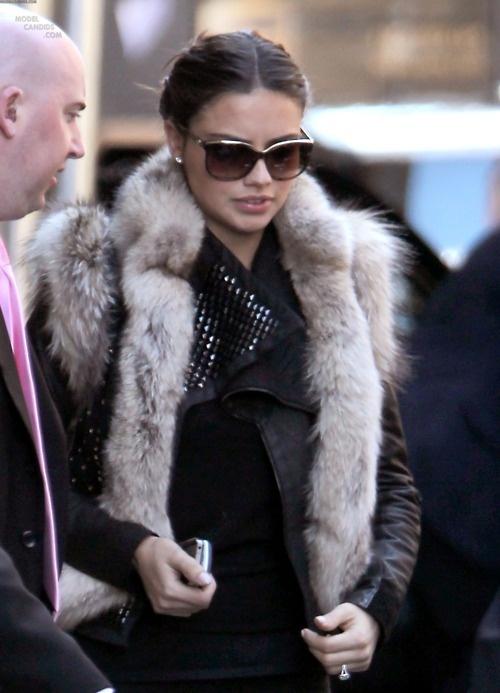 Адриана Лима в кожено яке с елек с косъм