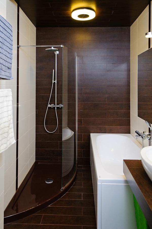 Модерен апартамент в Одеса - баня с душ и вана